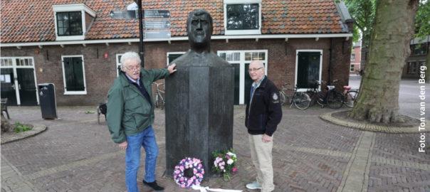 Joop en Henny bij standbeeld Anton Geesink